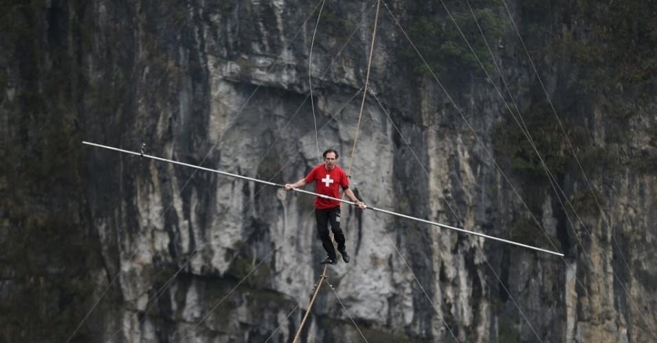 30.mar.2016 - Competidor suíço Freddy Nock anda na corda bamba durante uma competição em Wulong County, Chongqing, China