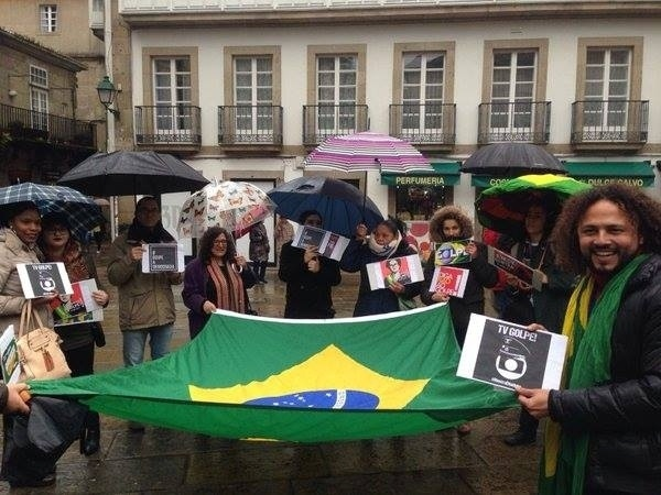 16.abr.2016 - Brasileiros fazem protesto na Espanha contra o impeachment da presidente Dilma Rousseff