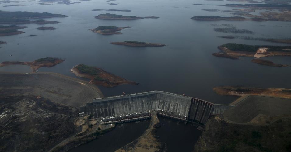 """A seca fez com que uma das maiores hidrelétricas do mundo, a """"Simon Bolivar"""", também conhecida como represa de Guri, na Venezuela, se transformasse num deserto. Guri é a 4ª maior represa do planeta em capacidade de geração: são 10.235 megawatts. Ela perde apenas para Três Gargantas, na China, e Itaipu, na fronteira do Brasil com o Paraguai. Guri possui 7.426 metros de extensão e 162 m de altura"""