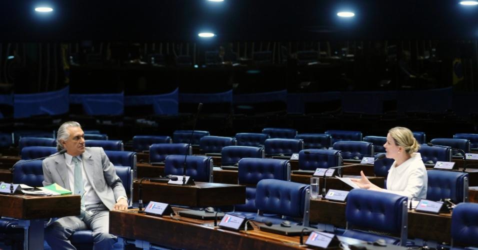 22.abr.2016 - Os senadores Ronaldo Caiado (DEM-GO) e Gleisi Hoffmann (PT-PR) debatem durante sessão não deliberativa no Senado Federal, em Brasília. Na segunda-feira (25), os senadores irão indicar os nomes para a Comissão Especial do Impeachment, que julgará a favor ou contra o afastamento da presidente Dilma Rousseff