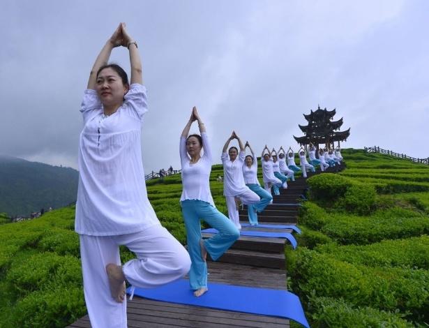24.abr.2016 - Mulheres praticam ioga em um jardim na província central de Hubei, na China