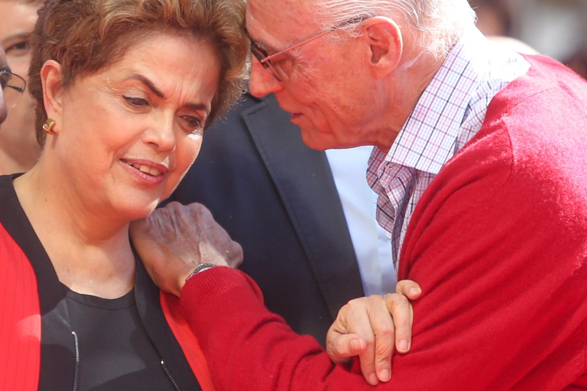 1º.mai.2016 - O ex-senador Eduardo Suplicy conversa com a presidente Dilma Rousseff durante evento da CUT pelo Dia do Trabalhador em São Paulo