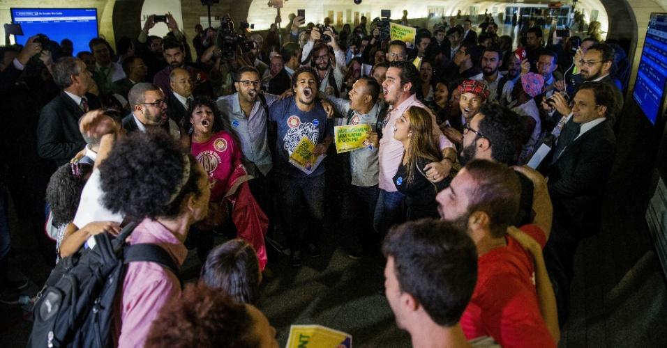 4.mai.2016 - Manifestantes protestam nos corredores do Senado contra o impeachment da presidente Dilma Rousseff, durante a leitura do parecer a favor do afastamento da presidente por até 180 dias do relator do processo, Antonio Anastasia (PSDB-MG)