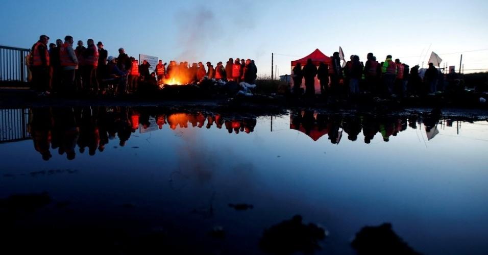24.mai.2016 - Trabalhadores franceses fazem barricadas com fogo durante protesto próximo a refinaria de petróleo em Donges, na França