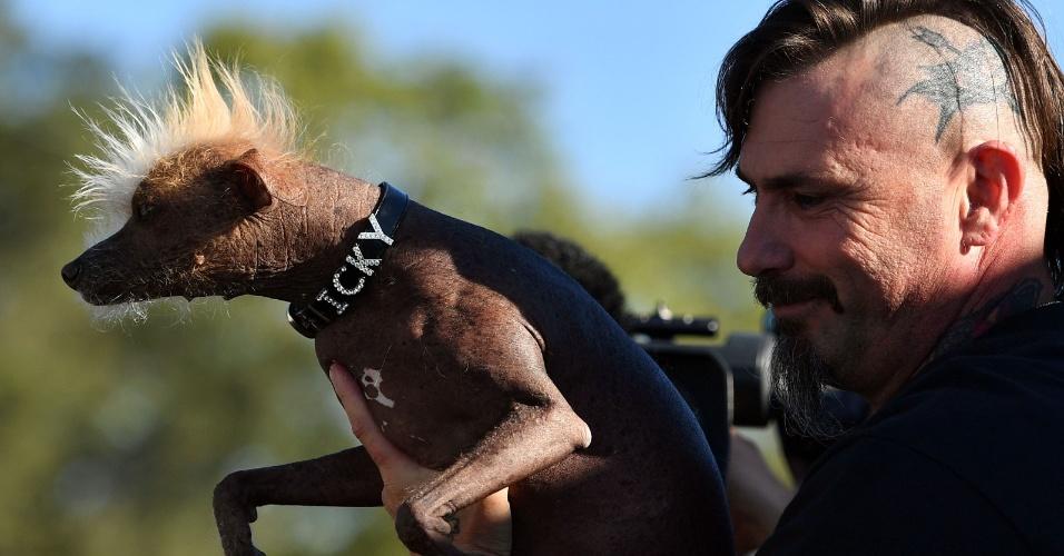 24.jun.2016 - Icky e seu dono, Jon Adler, se apresentam no concurso de cachorro mais feio do mundo no Sonoma-Marin Fair em Petaluma, California, EUA