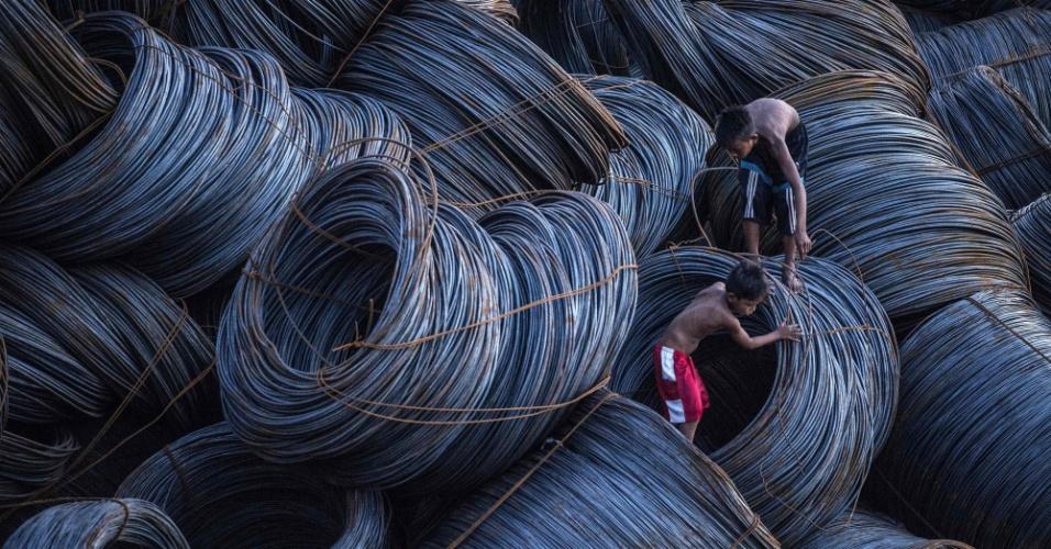13.jul.2016 - Crianças procuram por sucatas de metal em um píer de Manila, nas Filipinas. A economia do país avançou 6,9% no último trimestre e desponta como uma das grandes performances da Ásia, mas a situação dos cidadãos ainda é longe de estar excelente
