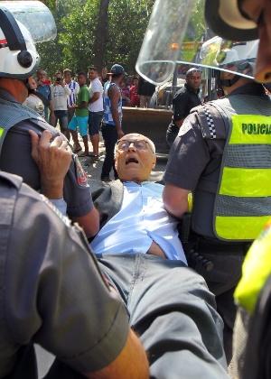 O ex-senador Eduardo Suplicy (PT) foi detido por tentar impedir a reintegração de posse no bairro Jardim Raposo Tavares, em São Paulo