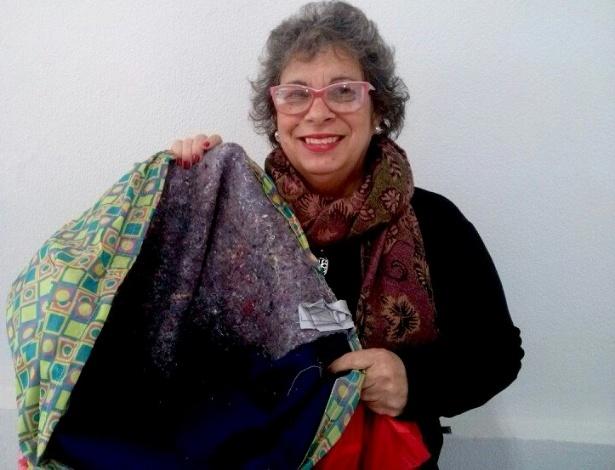 Lúcia Barreto exibe um dos sacos de dormir que fez para moradores de rua em Florianópolis