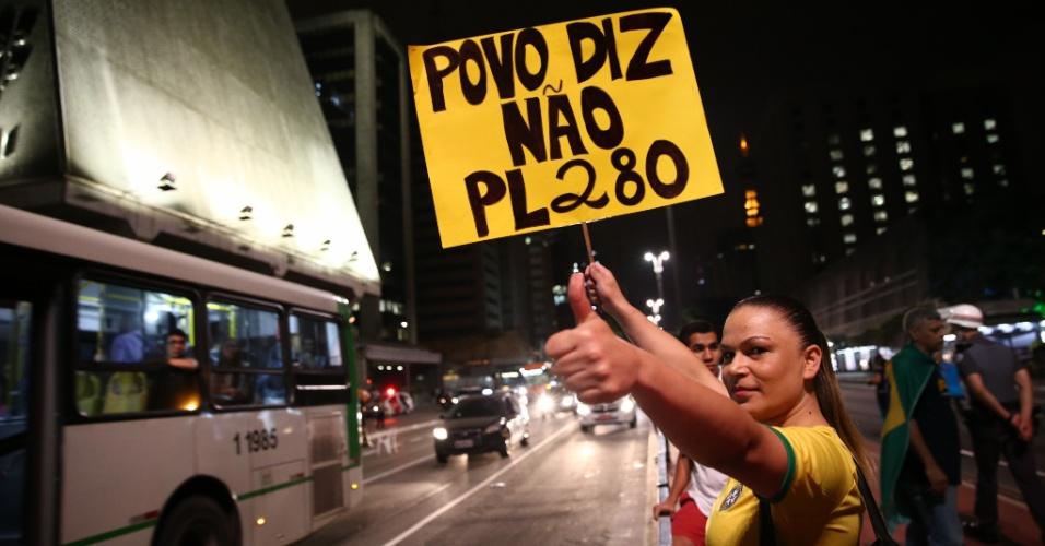 30.ago.2016 - Integrantes do MBL fazem ato na avenida Paulista, região central de São Paulo, para comemorar o processo de impeachment contra a presidente afastada, Dilma Rousseff. Na mesma via, um grupo contrário ao impeachment faz protesto