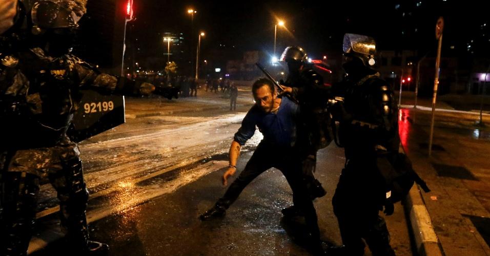 Manifestante é agredido por políciais após o ato contra o presidente Michel Temer na região do Largo da Batata, em São Paulo
