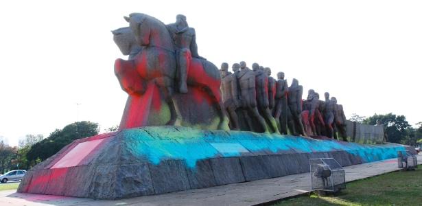 Monumento às Bandeiras, no Ibirapuera, em São Paulo, amanhece pintado com tintas de várias cores  - Aloisio Mauricio/FotoArena/Estadão Conteúdo