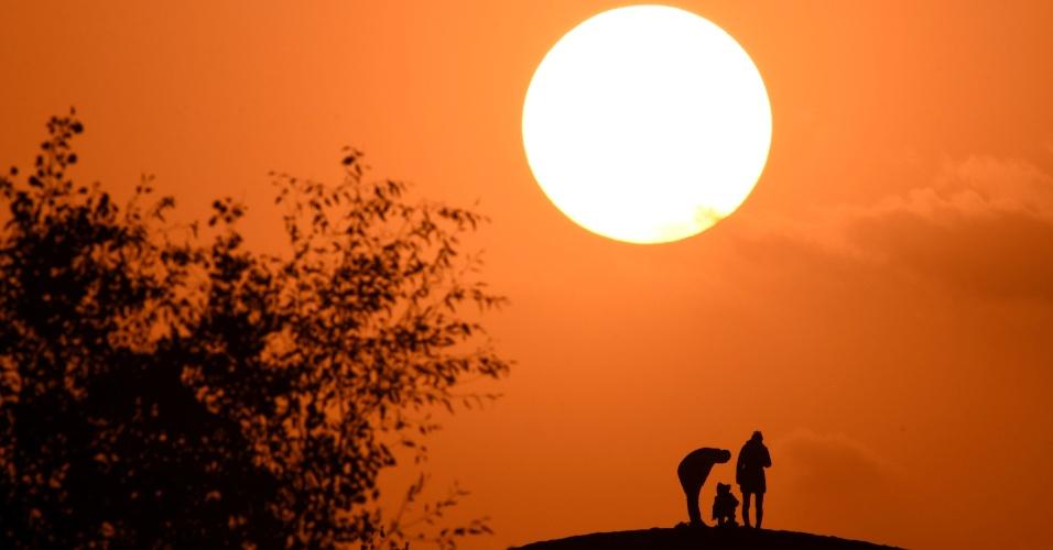 28.out.2016 - Turistas assistem ao pôr do sol em Tarim, na China