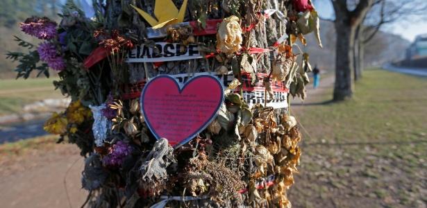 Flores e mensagens são deixadas em árvore próxima de onde a estudante Maria Ladenburger foi morta, em Freiburg, na Alemanha