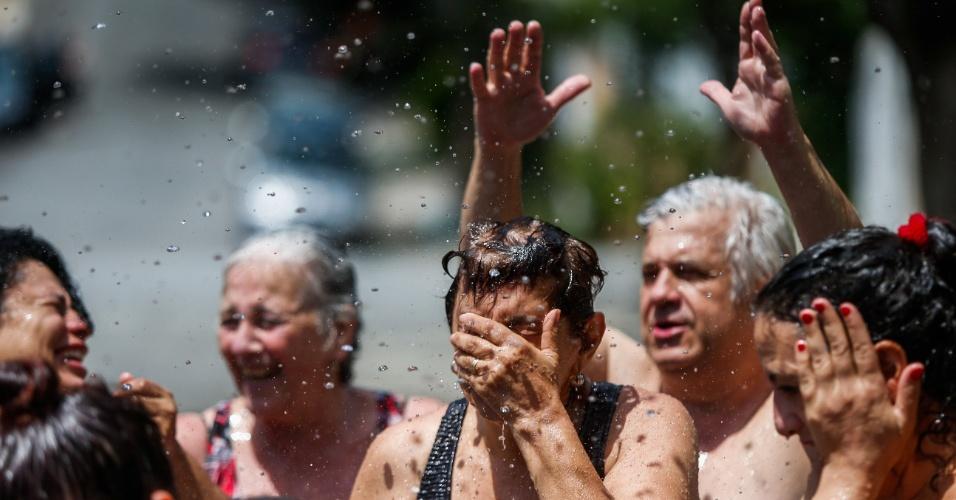Moradores da Pompeia, na zona oeste de São Paulo, aproveitaram a água de uma bica para fazer uma cascata improvisada e até mesmo encher uma piscina.