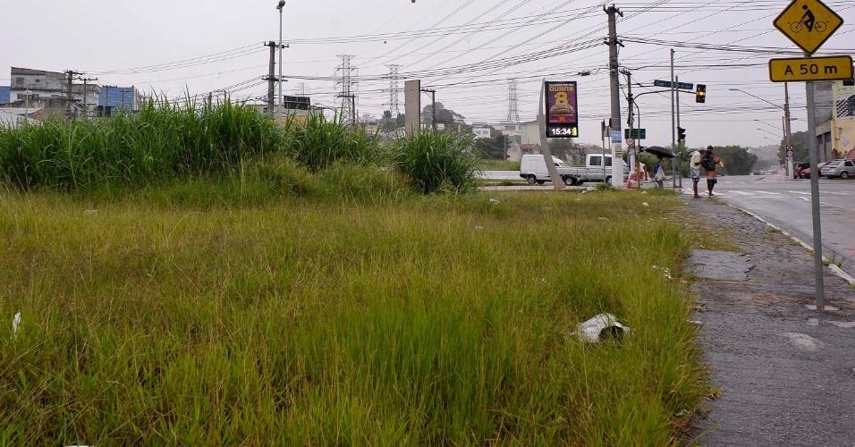 26.abr.2017 - Avenida Arquiteto Vila Nova Artigas com a avenida Aricanduva, próximo ao parque do Carmo, na zona leste de São Paulo, tem lixo e mato alto
