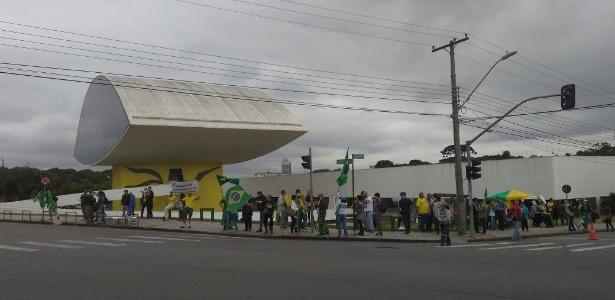 10.mai.2017 - Manifestantes pró Lava Jato no Museu Oscar Niemeyer