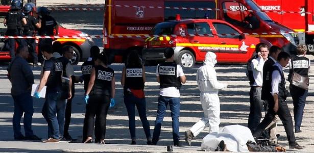 19.jun.2017 - Peritos examinam corpo do suspeito que atingiu o furgão da polícia na avenida Champs-Elysées