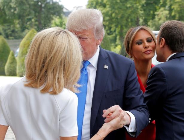 13.jul.2017 - O presidente americano, Donald Trump, cumprimenta a primeira-dama francesa, Brigitte Macron, enquanto o presidente francês, Emmanuel Macron, cumprimenta a primeira-dama americana, Melania Trump, no museu Les Invalides, em Paris