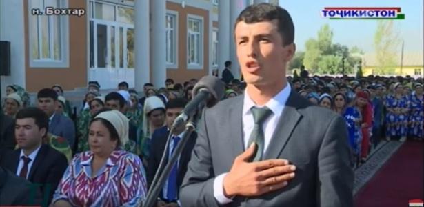 O professor Saidsho Asrorov homenageia o presidente do Tadjiquistão - Reprodução de vídeo