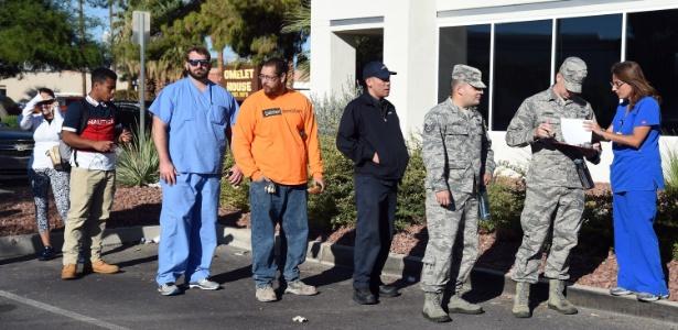 """Pessoas esperam em fila para doar sangue para vítimas do atentado, em um centro da """"United Blood Services"""", nesta segunda (2), em Las Vegas"""