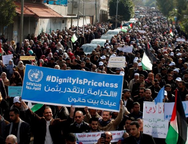 Funcionários da UNRWA protestam em Gaza contra a decisão dos EUA de cortar a ajuda à agência