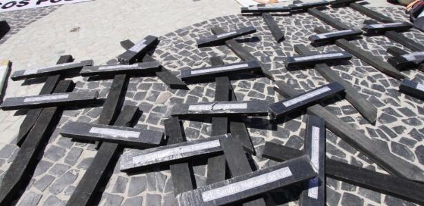 25.mar.2018 - Cruzes pintadas de preto e onde podem ser lidos nomes de policiais militares que morreram no Rio - José Lucena/Futura Press/Estadão Conteúdo