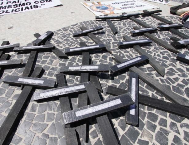 Cruzes pintadas de preto e onde podem ser lidos nomes de policiais militares foram levadas ao protesto em Copacabana, na zona sul do Rio de Janeiro - José Lucena/Futura Press/Estadão Conteúdo