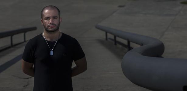 Leandro Prior, policial militar que foi filmado no metrô dando um selinho em um amigo
