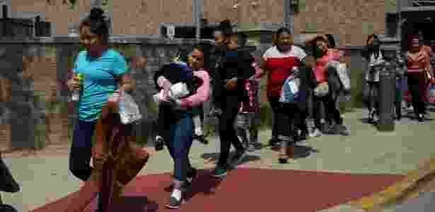 27.jul.2018 - Famílias de imigrantes irregulares nos EUA caminham se dirigem a um centro de descanso após serem liberados da detenção em McAllen, no Texas - Loren Elliott/Reuters - Loren Elliott/Reuters