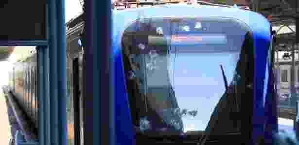 Vidraça frontal do trem da Supervia ficou com marcas de disparos após a ação criminosa - JOSE LUCENA/FUTURA PRESS/ESTADÃO CONTEÚDO