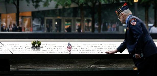 11.set.2018 - Público presta homenagens no memorial às vítimas dos ataques terroristas em Nova York