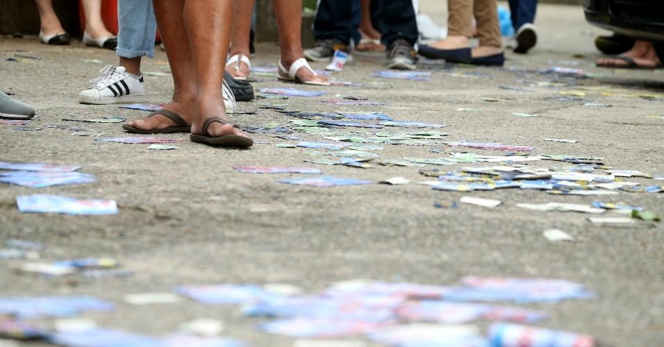 Santinhos tomas as ruas no último dia do primeiro turno das eleições