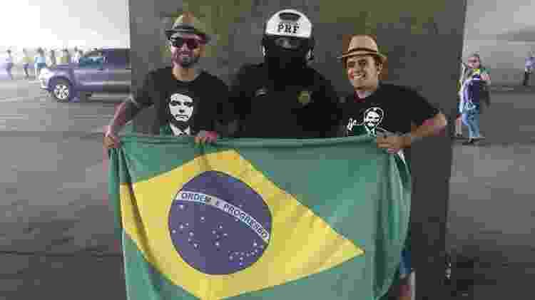 Pessoas tiram foto com policial na posse de Bolsonaro - Felipe Pereira/UOL