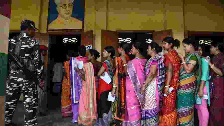 Eleitores fazem fila para votar na Índia; com quase novecentos milhões de votantes, o processo eleitoral indiano é o maior do mundo - AFP