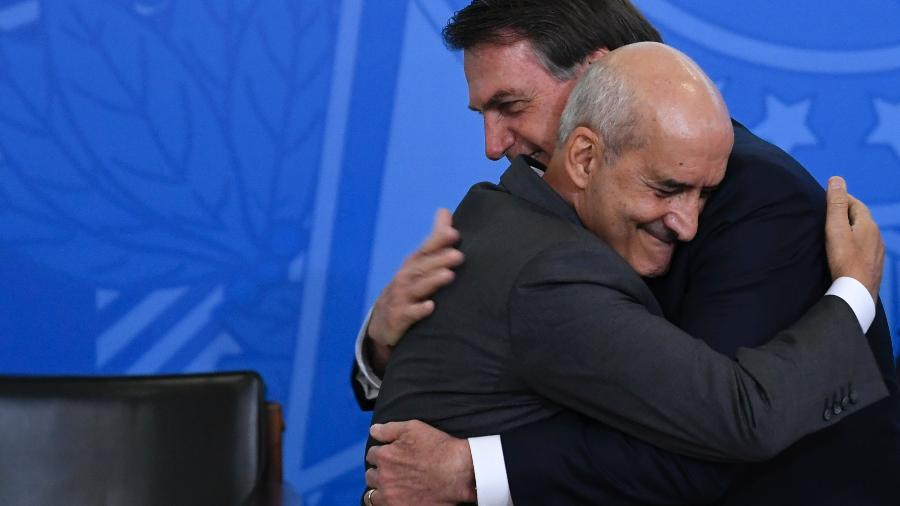 4.jul.2019 - General Luiz Eduardo Ramos abraça o presidente Jair Bolsonaro ao tomar posse como ministro da Secretaria de Governo - MATEUS BONOMI/AGIF/ESTADÃO CONTEÚDO