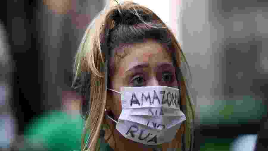 20.set.2019 - Mulher participa de Greve Mundial pelo Clima no Rio de Janeiro com máscara em defesa da Amazônia - Douglas Magno/AFP
