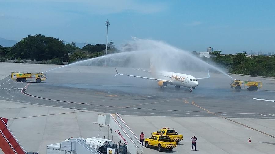 Avião da Flybondi recebe o batismo após o primeiro pouso no aeroporto do Galeão, no Rio - Vinícius Casagrande/UOL