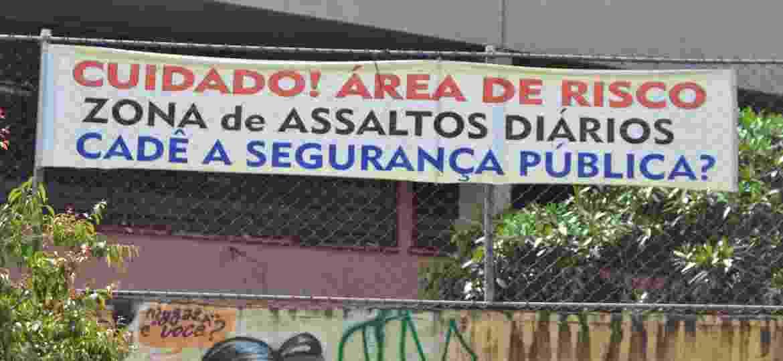 Faixa exposta no Jardim Eliana cobra mais segurança e alerta vizinhança - Cleber Souza/UOL