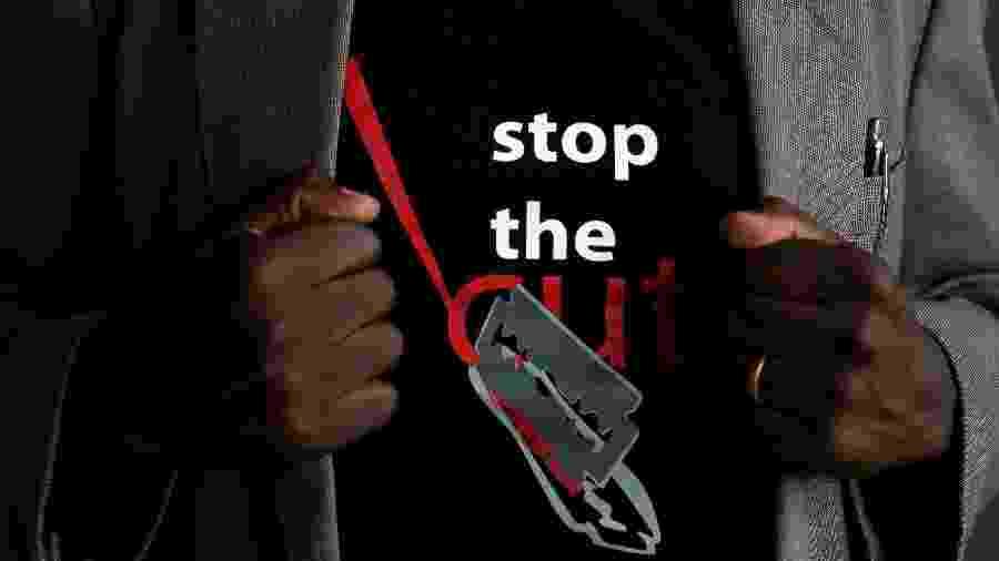 Homem usa camiseta que pede o fim da mutilação genital feminina no Quênia -