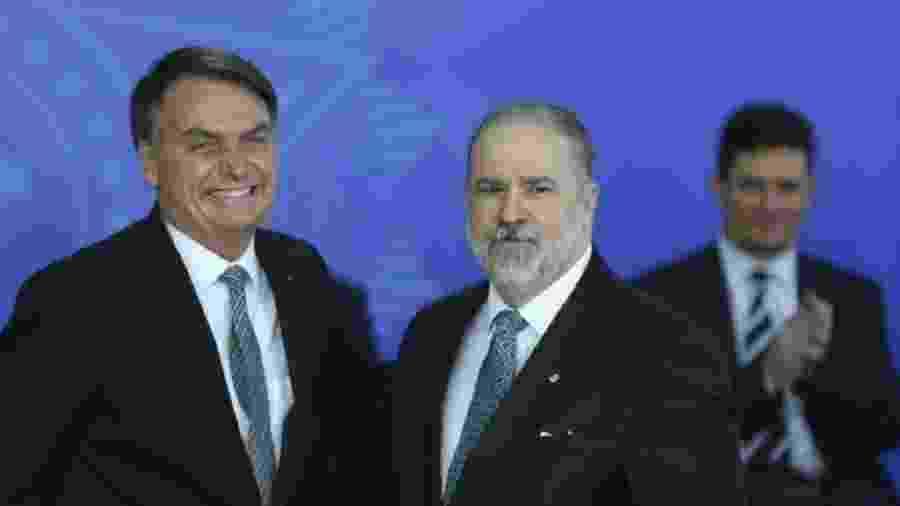 Augusto Aras é cumprimentado por Jair Bolsonaro no dia da posse, observado por Sérgio Moro - Foto: José Cruz/Agência Brasil