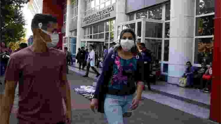 Pessoas de máscara em frente a hospital - Reuters via BBC - Reuters via BBC