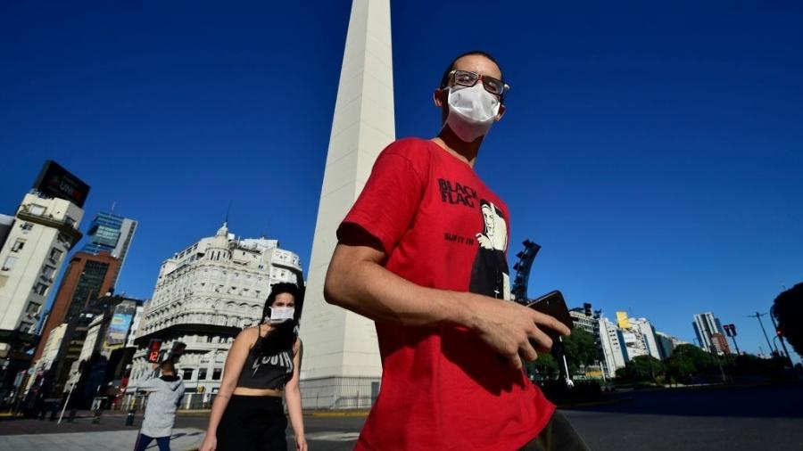 O decreto vale para pessoas que estiverem em lojas, farmácias e no transporte público da capital argentina - Getty Images