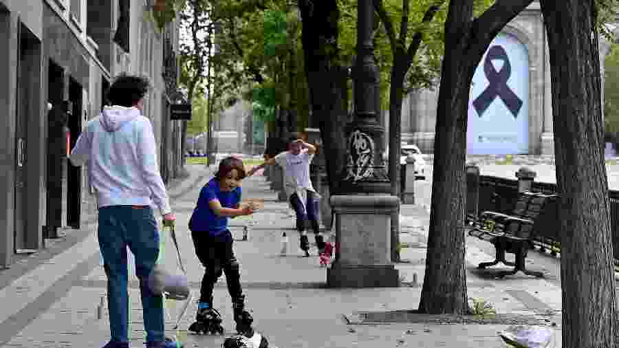 Crianças voltam às ruas na Espanha após flexibilização da quarentena - GABRIEL BOUYS/AFP