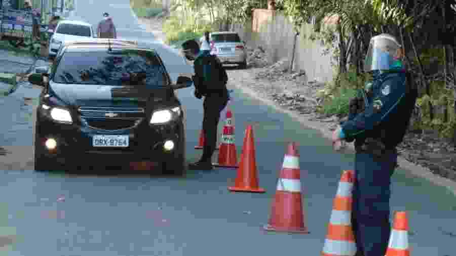Policiais abordam morador de Fortaleza durante o lockdown adotado contra a pandemia de coronavírus - DANIEL GALBER/UAI FOTO/ESTADÃO CONTEÚDO