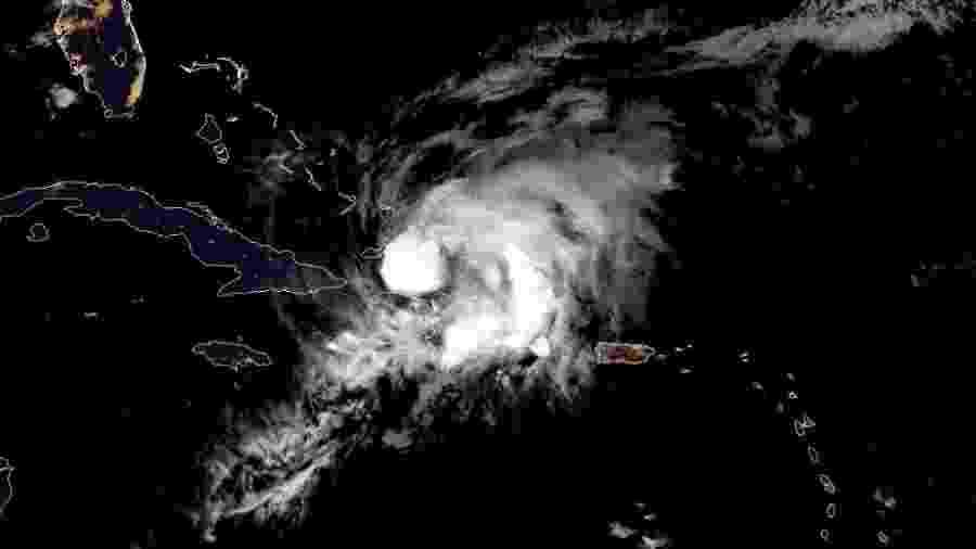 Imagem de satélite mostra passagem do furacão Isaías pela República Dominicana nesta sexta-feira (31) - Maro Siranosian/RAMMB/CIRA/AFP