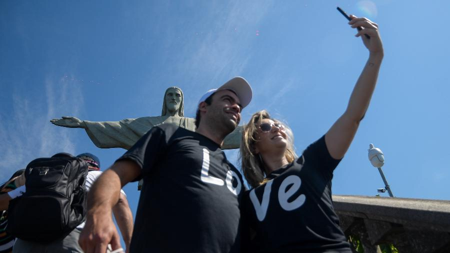 15.ago.2020 - Turistas tiram selfie no Cristo Redentor após reabertura de pontos turísticos na capital fluminense - Erbs Jr/Estadão Conteúdo