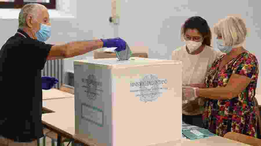 20.set.2020 - Homem vota em um referendo e eleições regionais na Itália - Vincenzo Pinto/AFP
