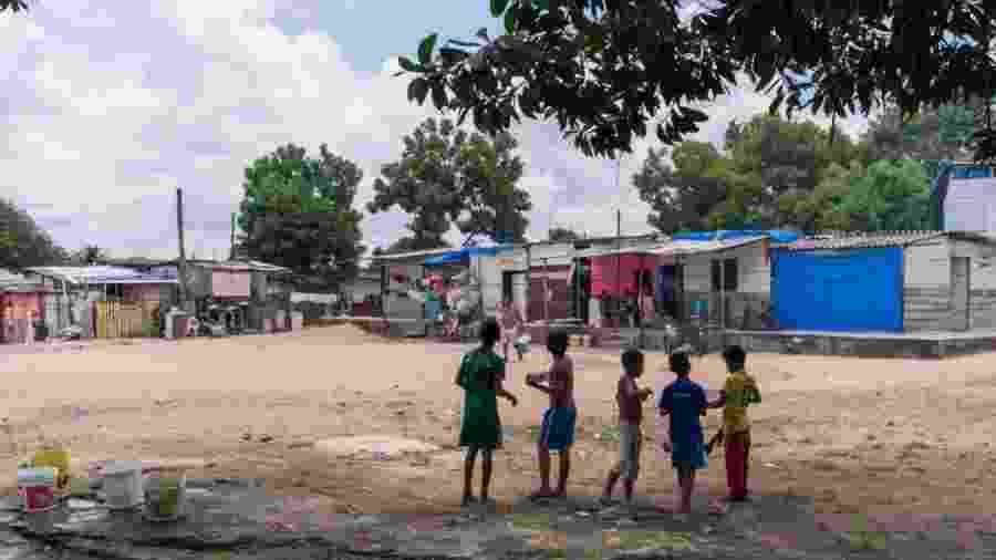 """Crianças brincam na ocupação Ka""""Ubanoko, onde vivem cerca de 850 imigrantes venezuelanos em Boa Vista, Roraima - Benjamin Mast/La Mochila Migrante"""
