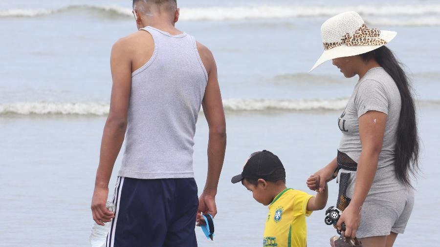 Família curte a praia de Santos neste sábado  - Fernanda Luz/UOL