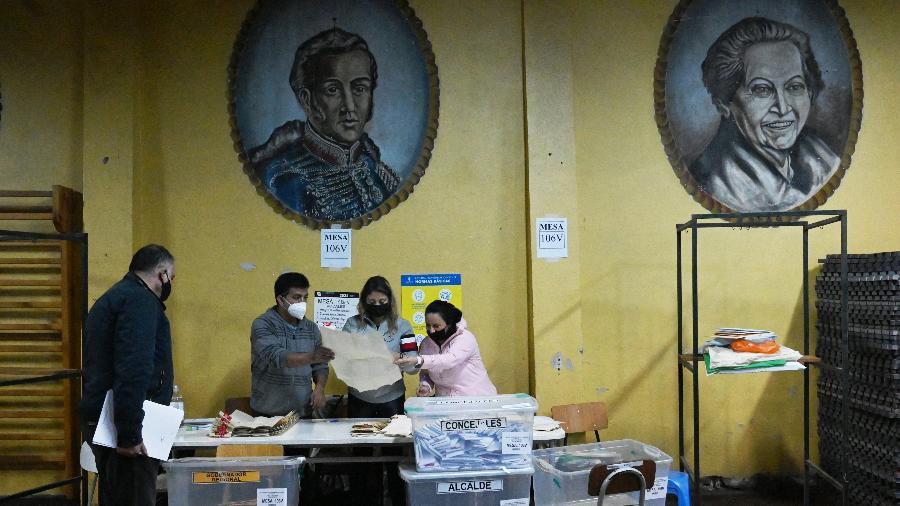 16.05.2021 -- Contagem de votos nas eleições do Chile - RODRIGO ARANGUA / AFP
